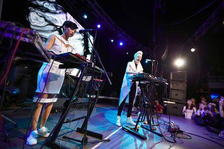 Banda ONUKA che suona nel club di Lviv Editoriali