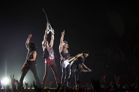 Scorpions band performing live at stadium 新聞圖片