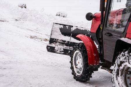 Schneeräumung im Winter der Traktor