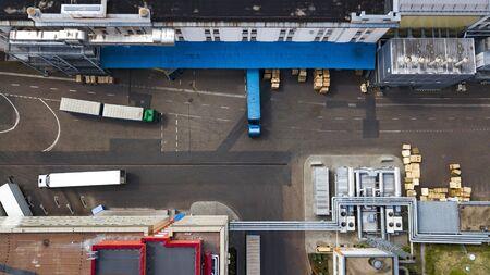 les camions sont chargés à la vue de dessus de l'usine Banque d'images