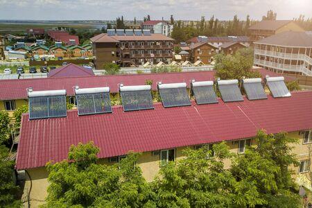 Calentadores solares de agua en el techo del hotel.