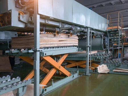 Halle einer Industriefabrik mit Holzbearbeitungsgeräten