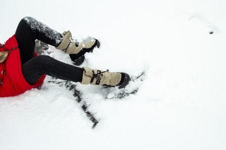 the girl fell slipping in the snow. 免版税图像