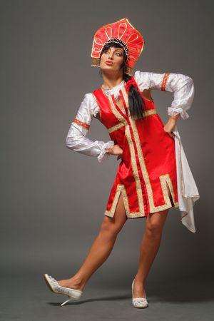 La mujer en la antigua Rusia ropa sobre un fondo gris Foto de archivo - 4737881
