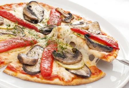 paddenstoel: Smakelijk pizza op een witte plaat Stockfoto