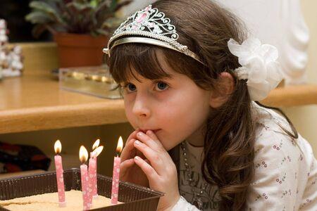 blow out: Ragazza si prepara a spegnere le luci alla sua festa di compleanno