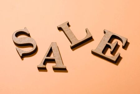 sale volume letters and a shadow on the background, autumn sale, design for sale of wooden letters, 3d Banque d'images