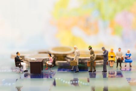 Personnes miniatures: candidats à l'entretien d'embauche. Utilisation des images pour le fond Choix des concepts employés, ressources humaines, ressources humaines, développement des ressources humaines et concepteurs de recrutement les mieux adaptés.