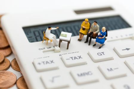 ミニチュアの人々:毎月毎年計算税を待っている椅子に座っているグループの人々。すべての人のための毎年の税の計算のための画像の使用。