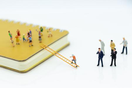 Personas en miniatura: pensión alimenticia y becas para niños desfavorecidos. Uso de imágenes para el concepto de educación.