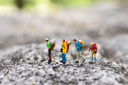 Miniature people : traveler walking on the road. Used to travel to destinations on travel business background concept. Banque d'images
