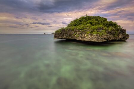 isla flotante: Quezon isla con vistas a una isla flotante en el Parque Nacional de las Islas Hundred en el norte de Filipinas. Foto de archivo