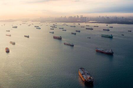 containerschip: Lege vrachtschepen in Singapore