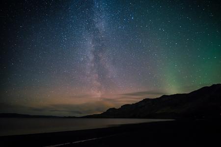 아이슬란드의 호수 위에 은빛 길과 북극의 빛 스톡 콘텐츠