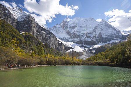 Lac avec fond de montagnes contre le ciel bleu
