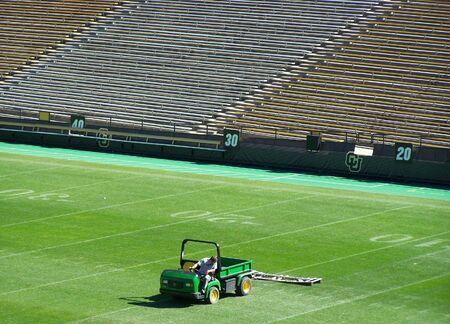 Voetbalveld onderhoud aan de universiteit van Colorado