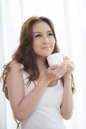 커피를 마시는 아름다운 아시아 여성 스톡 콘텐츠