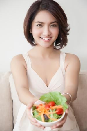 샐러드 그릇에 아름 다운 여자를 미소