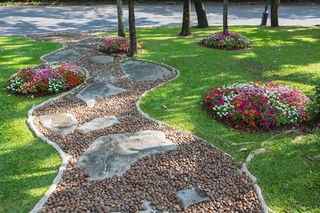 아름다운 정원에서 Colorfull 도로