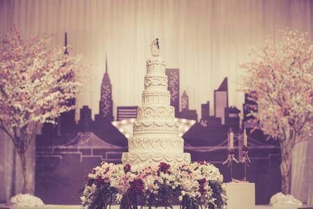 pastel de bodas: Hermoso pastel para la ceremonia de boda Foto de archivo