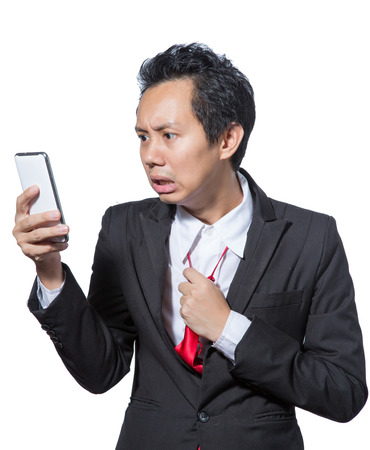 태블릿을 찾고 넥타이를 당기는 스트레스 사업가