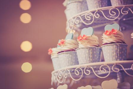 결혼식을 위해 컵 케이크입니다. 빈티지 느낌을 내기 위해 교차 이미지 처리