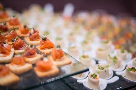 전채의 다양한 맛있는 연어, 매우 작은 피사계 심도