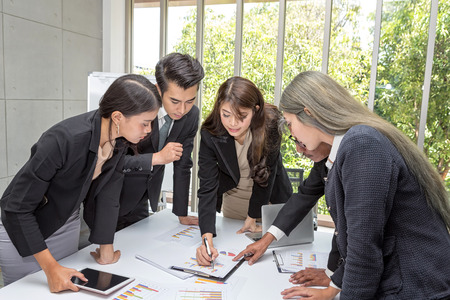 Team business working meeting room at the office. Team workers are talking business plan. Businessman presenting to colleagues at a meeting. asian people. Standard-Bild - 122380600