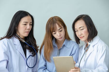 Sorriso di due operatori sanitari asiatici. Ritratto di medico asiatico. I chimici che fanno in laboratorio. giovani scienziati con test e ricerca in laboratorio clinico e tablet o computer.