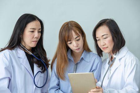 Twee Aziatische medische hulpverleners Glimlach. Portret van Aziatische arts. Chemici doen in het laboratorium. jonge wetenschappers met test en onderzoek in klinisch laboratorium en tablet of computer.