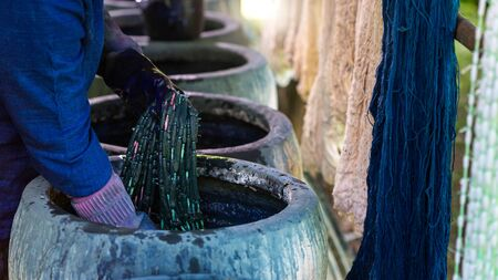 Craftsmen of Thai indigo cotton. Indigo on hand. The jar Indigo is used for dyeing cotton in natural colors Is the wisdom of Thailand Banque d'images