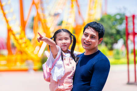 Father and daughter play at the amusement park. Family in theme park. Stockfoto