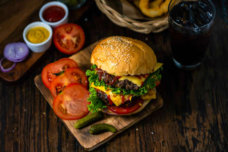Hamburger is a food that is easy to eat. Stockfoto
