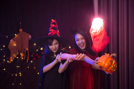 Two women were at the Halloween party. Friends are having fun at the Halloween party. Stockfoto