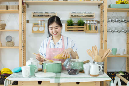 Asian women cooking in the kitchen. Stockfoto