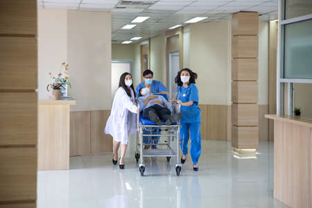 The doctor was rushing into the intensive care unit in the emergency bed, the patient was very sick. The doctor is pushing the patient bed. Stockfoto