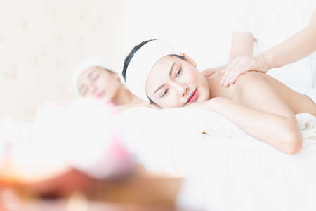 A young Asian woman getting a head massage It's in a spa shop. Young Asian girl relaxing with hand spa massage at beauty spa salon. Stockfoto