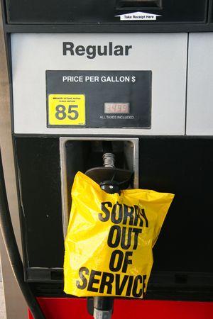 gasoline station: pompa di gas e gestire dispiace di servizio a un segno della stazione di benzina Archivio Fotografico