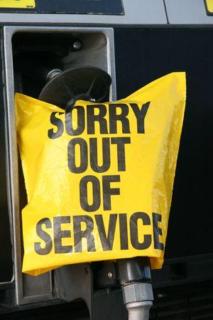 gasoline station: gas di manico di pompa e dispiace fuori servizio in un segno stazione di benzina