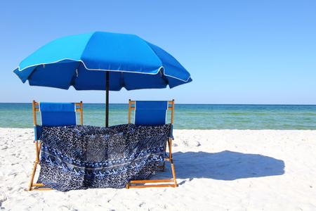 panama city beach: Due sdraio sotto un ombrello blu su una spiaggia di sabbia bianca