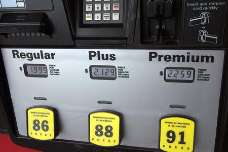 fuelling station: Bajos precios del gas en la bomba Foto de archivo