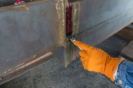 Step to use brush apply Liquid Penetrant into the welded for Non-Destructive Testing(NDT) with process Penetrant Testing(PT). Foto de archivo