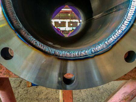 Le soudage entre la bride et la tuyauterie dans le processus de soudage à l'arc au tungstène gaz (GTAW) Banque d'images