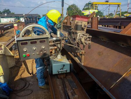 Welding for built-up H-Beam with process Submerged Arc Welding(SAW) at industrial factory. 版權商用圖片