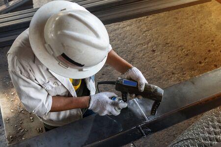 Überprüfung von Schweißfehlern mit Magnetpulverprüfung (MT) oder zerstörungsfreier Prüfung (NDT) in einer Industriefabrik.