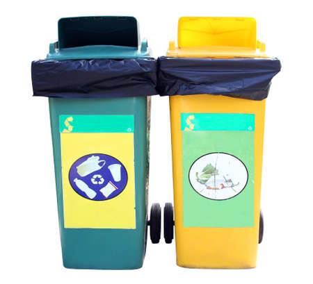 garbage bin: Basura verde y amarillo bin en el fondo blanco