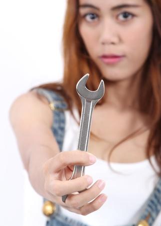 Beeld van de vrouw arbeider die roestvrij stalen sleutel voor haar baan