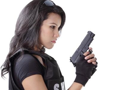 bulletproof: mujer asi?ca vistiendo swat chaleco antibalas y con una pistola en la mano