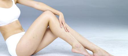 mujer celulitis: Piernas largas de la mujer aislados en el blanco Foto de archivo