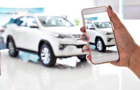 using smartphone, car sales Standard-Bild